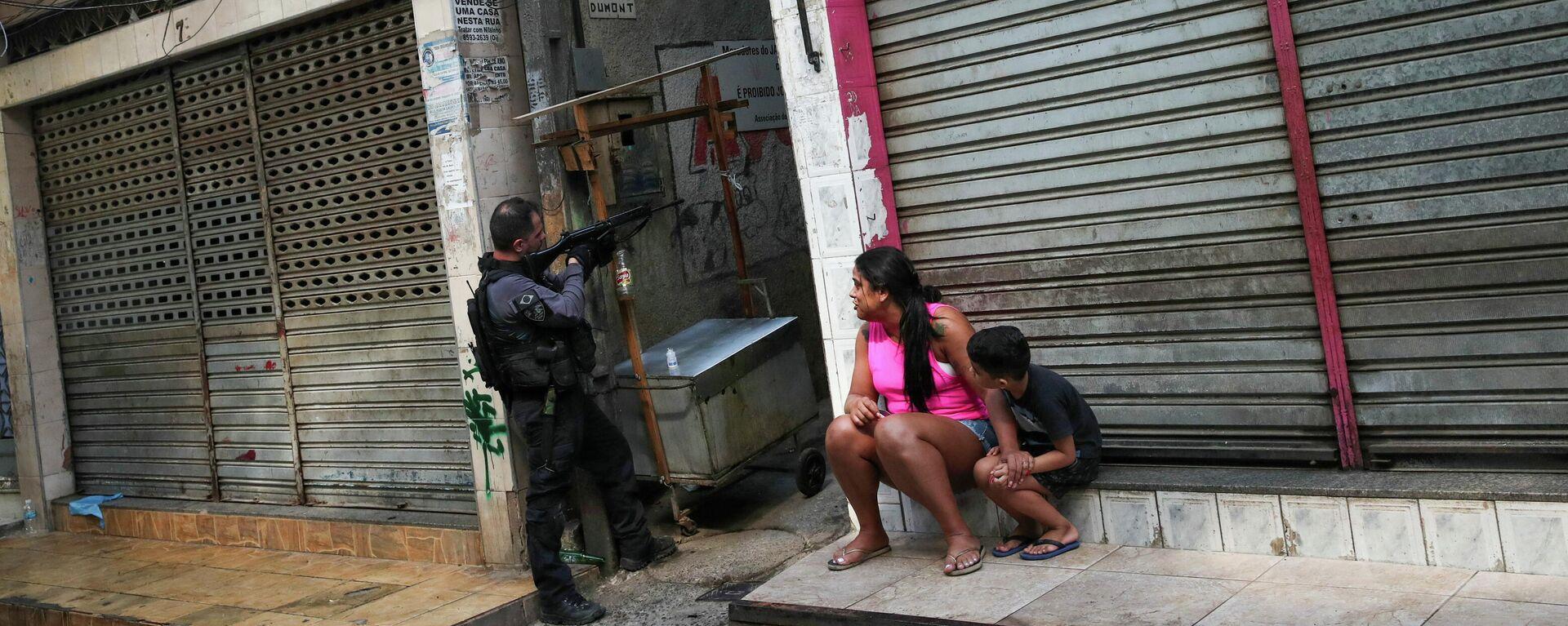 Agente de la Policía Civil de Río de Janeiro durante una operación en el barrio de Jacarezinho - Sputnik Mundo, 1920, 06.05.2021