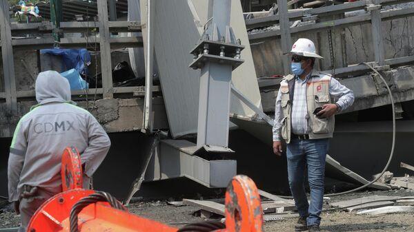 El derrumbe de un puente y un tren de la Línea 12 del Metro de la Ciudad de México - Sputnik Mundo