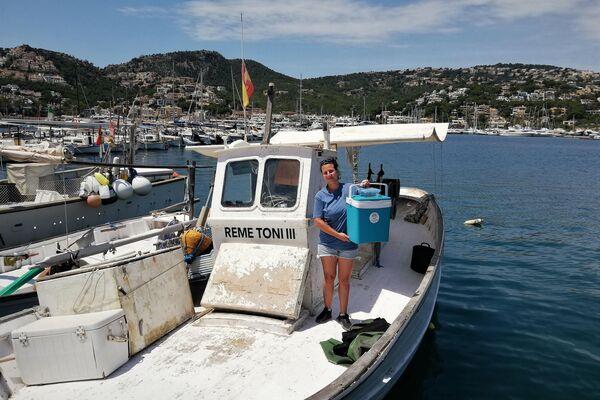 Una integrante del equipo de Cayume, una asociación de Mallorca, con huevos de tiburón - Sputnik Mundo