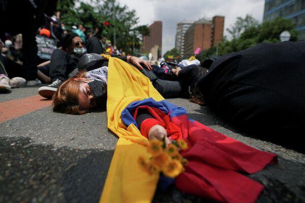 Unos manifestantes protestan contra la pobreza y la brutalidad policial en Bogotá, Colombia, el 5 de mayo de 2021. - Sputnik Mundo