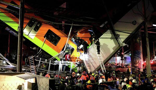 Las operaciones de rescate tras el desplome del puente del metro de Ciudad de México en la estación Olivos, el 3 de mayo de 2021. - Sputnik Mundo