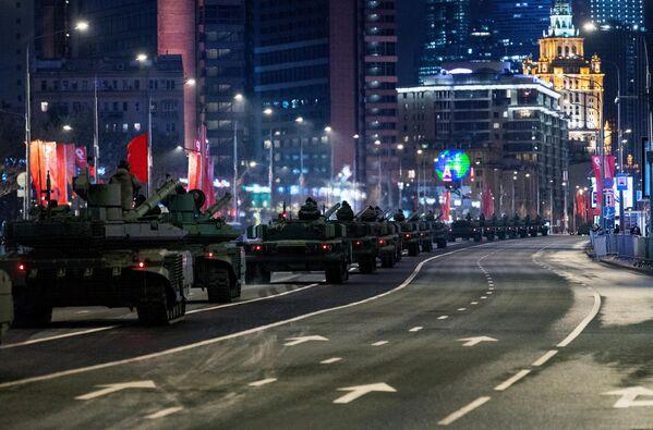 Los tanques rusos T-80BVM participan en el ensayo del Desfile de la Victoria, dedicado al 76 aniversario de la victoria del Ejército Soviético sobre las fuerzas de la Alemania nazi, Moscú, el 4 de mayo de 2021. - Sputnik Mundo