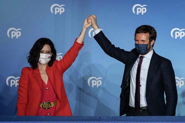 La candidata de los conservadores del Partido Popular y ganadora de las elecciones a la Presidencia de la Comunidad de Madrid, Isabel Díaz Ayuso, con el líder del Partido Popular, Pablo Casado, en Madrid (España), el 4 de mayo de 2021. - Sputnik Mundo