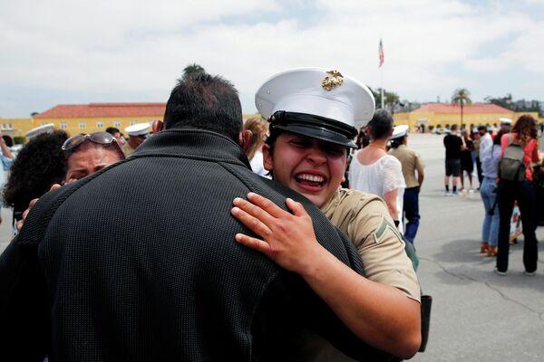 La soldado Ann Parra abraza a su padre durante la celebración del tercer batallón de la compañía Lima por convertirse en una de las primeras mujeres marines de EEUU en los 100 años de historia del Depósito de Reclutamiento del Cuerpo de Marines de San Diego (EEUU), el 6 de mayo de 2021. - Sputnik Mundo