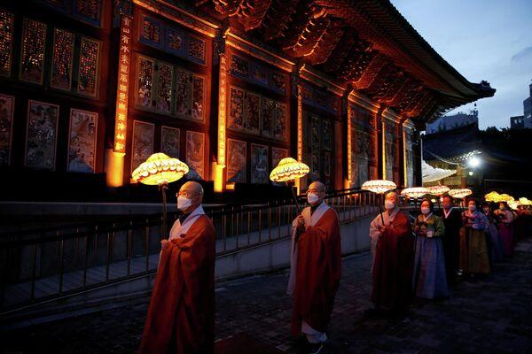 Unos monjes budistas participan en el desfile de linternas para celebrar el próximo cumpleaños de Buda en Seúl (Corea del Sur).  - Sputnik Mundo