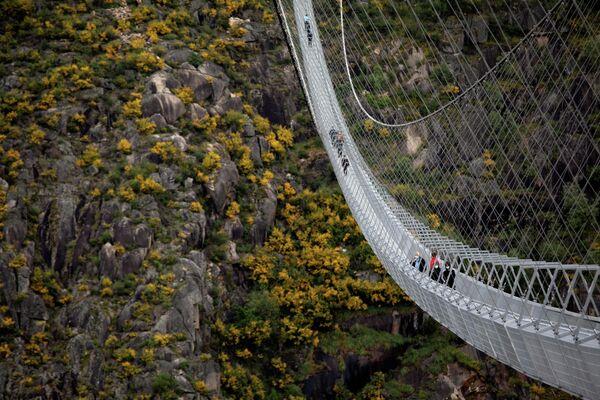 La gente camina por el puente peatonal colgante 516 de Arouca (Portugal), el más largo del mundo. - Sputnik Mundo