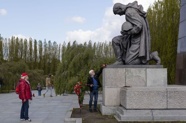 Un hombre deposita flores frente al Monumento Conmemorativo a los Soldados Soviéticos en el distrito de Treptow (Berlín) para conmemorar el 76 aniversario de la victoria y el fin de la Segunda Guerra Mundial en Europa. - Sputnik Mundo