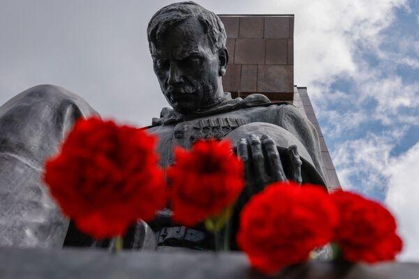 La gente rinde honores depositando flores frente al Monumento Conmemorativo a los Soldados Soviéticos en el parque Treptower en Berlín con motivo del 76 aniversario del fin de la Segunda Guerra Mundial. El número de eventos dedicados a la celebración del aniversario de la rendición incondicional de la Alemania nazi a los aliados se ha reducido debido a la pandemia. - Sputnik Mundo
