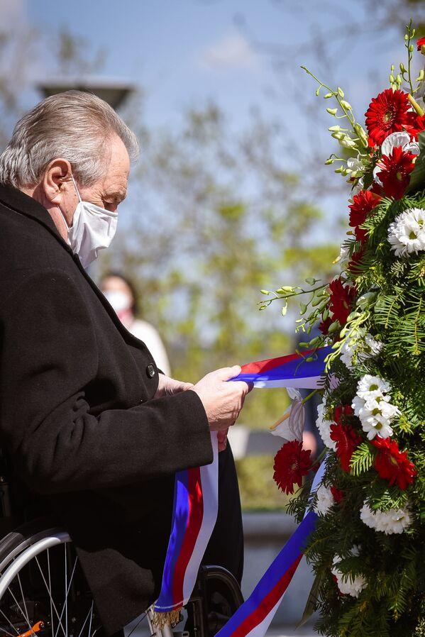 El presidente de Chequia, Milos Zeman, durante una ceremonia con motivo del 76 aniversario del fin de la Segunda Guerra Mundial cerca de un monumento nacional en la colina de Vítkov, en Praga. - Sputnik Mundo
