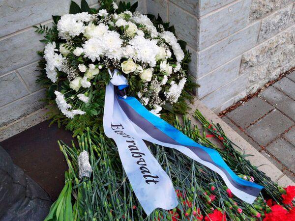 Una ofrenda floral del pueblo estonio frente al Monumento a los caídos durante la Segunda Guerra Mundial en un cementerio militar de Tallin.   - Sputnik Mundo