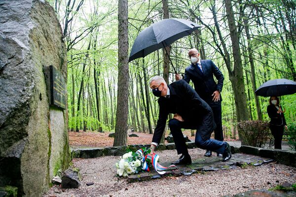 El ministro de Exteriores de Eslovaquia, Iván Korchok, deposita flores frente a las tumbas de soldados soviéticos que cayeron durante los combates por la liberación de Bratislava. - Sputnik Mundo