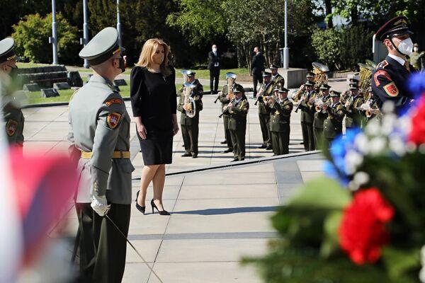 La presidenta de Eslovaquia, Zuzana Caputova, deposita flores frente a una tumba de soldados soviéticos que cayeron durante los combates por la liberación de Bratislava.  - Sputnik Mundo