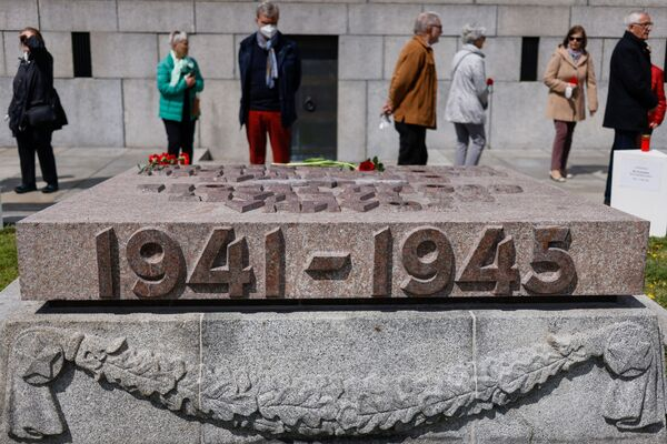 Depositan una ofrenda floral frente al Monumento Conmemorativo a los Soldados Soviéticos en el parque Treptower en Berlín con motivo del 76 aniversario de la victoria en Europa y del fin de la Segunda Guerra Mundial. - Sputnik Mundo