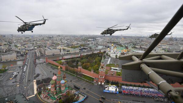 Los helicópteros Mi-8 sobre la Plaza Roja de Moscú - Sputnik Mundo