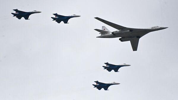 El Tu-160 acompañado de cuatro cazas Su-35S - Sputnik Mundo