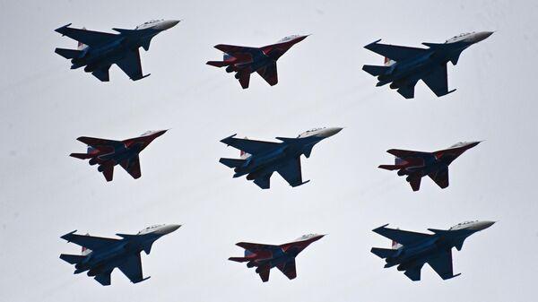 Los grupos de acrobacias aéreas Russkie Vitiazi y Strizhi. - Sputnik Mundo