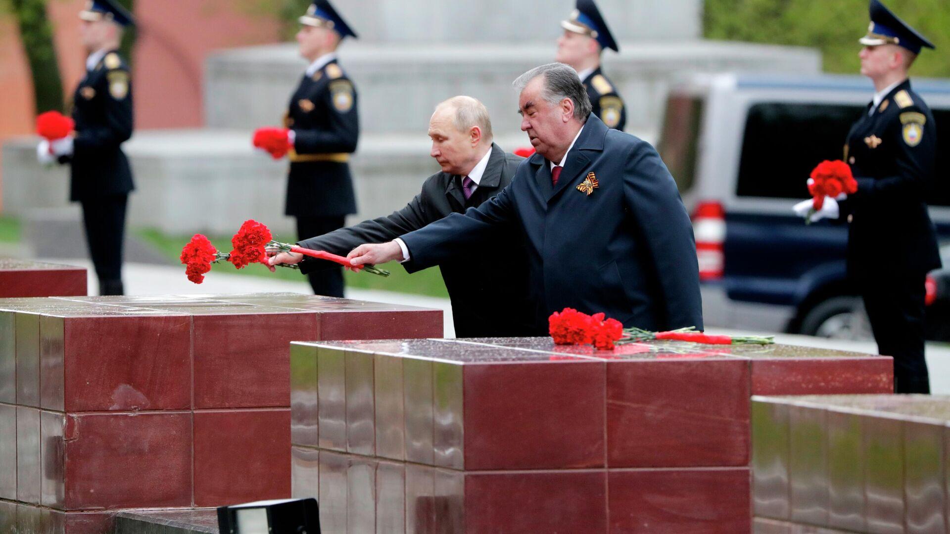 El presidente ruso, Vladímir Putin, y el presidente de Tayikistán, Emomalí Rajmón, depositan una ofrenda floral en la tumba del soldado desconocido - Sputnik Mundo, 1920, 09.05.2021