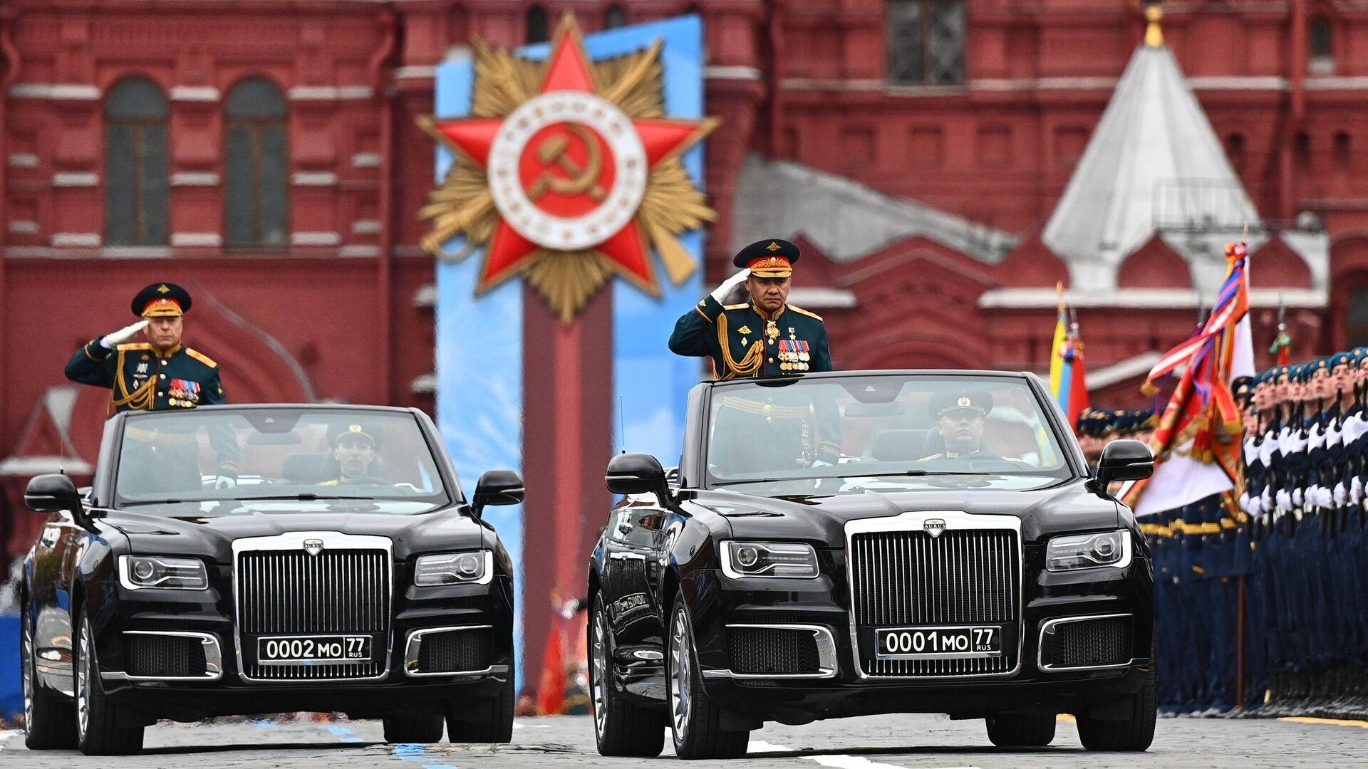 El comandante en jefe de la Fuerza Terrestre de Rusia, el general del Ejército Oleg Saliukov, y el ministro de Defensa de Rusia, Serguéi Shoigú, en el desfile del Día de la Victoria 2021 - Sputnik Mundo, 1920, 09.05.2021