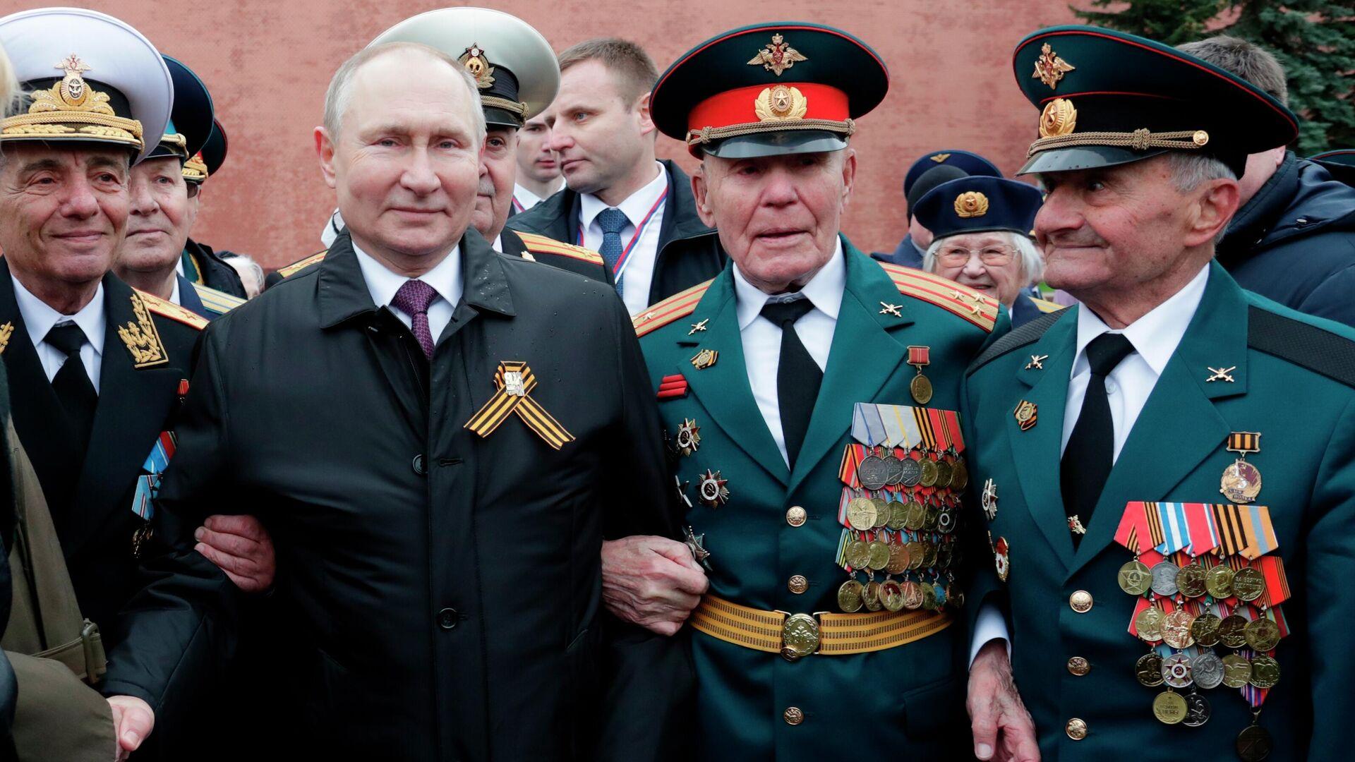 El presidente de Rusia, Vladímir Putin, junto a los veteranos de la Segunda Guerra Mundial - Sputnik Mundo, 1920, 09.05.2021