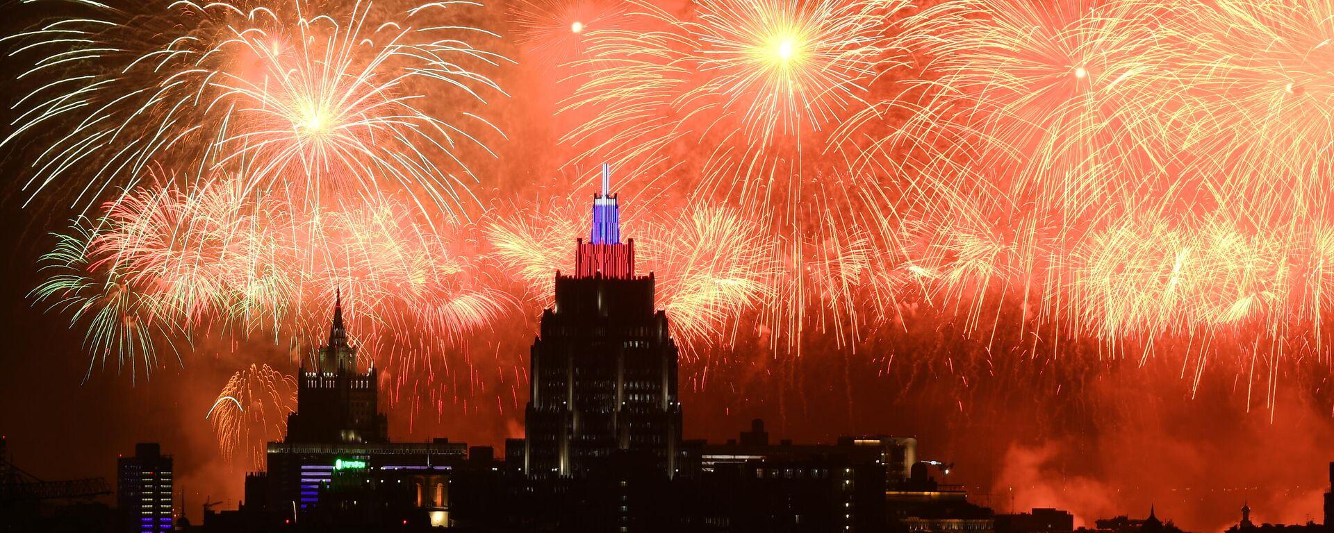 Fuegos artificiales con motivo del Día de la Victoria - Sputnik Mundo, 1920, 09.05.2021