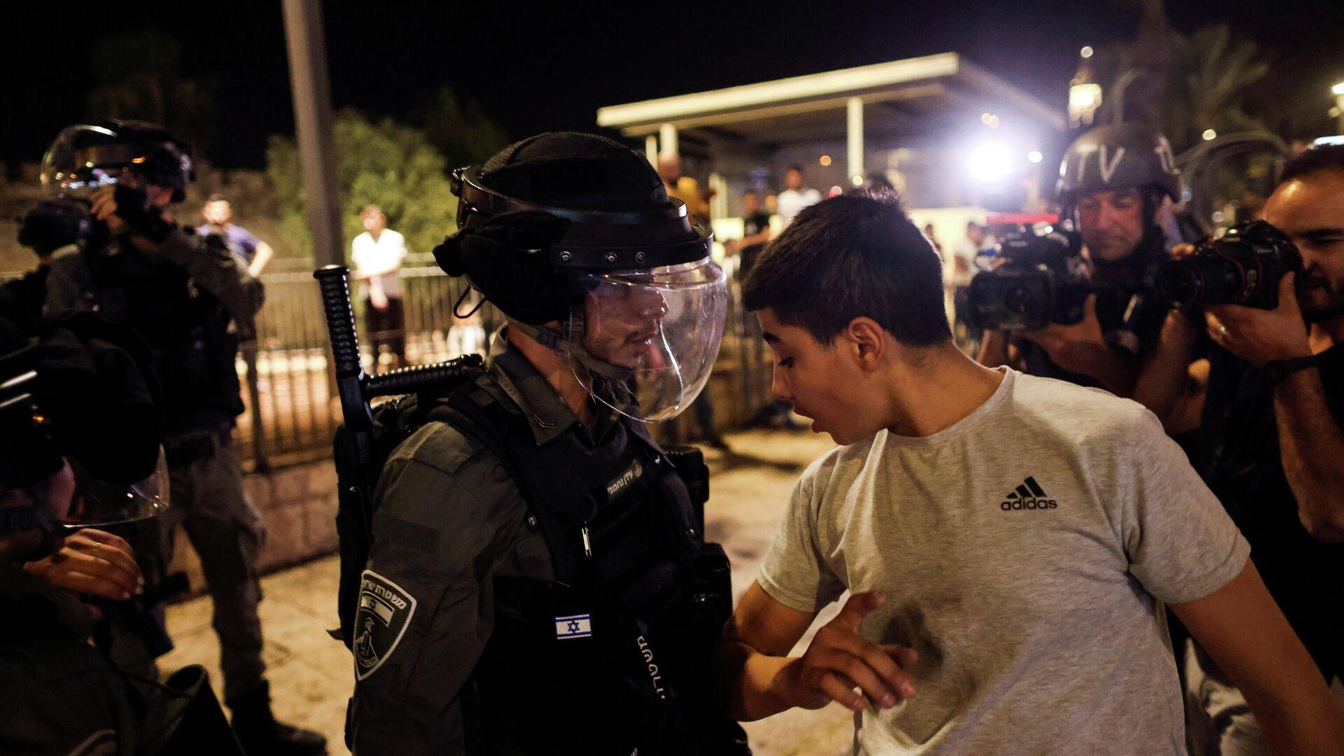 Policía israelí junto a un palestino en Jerusalén - Sputnik Mundo, 1920, 09.05.2021