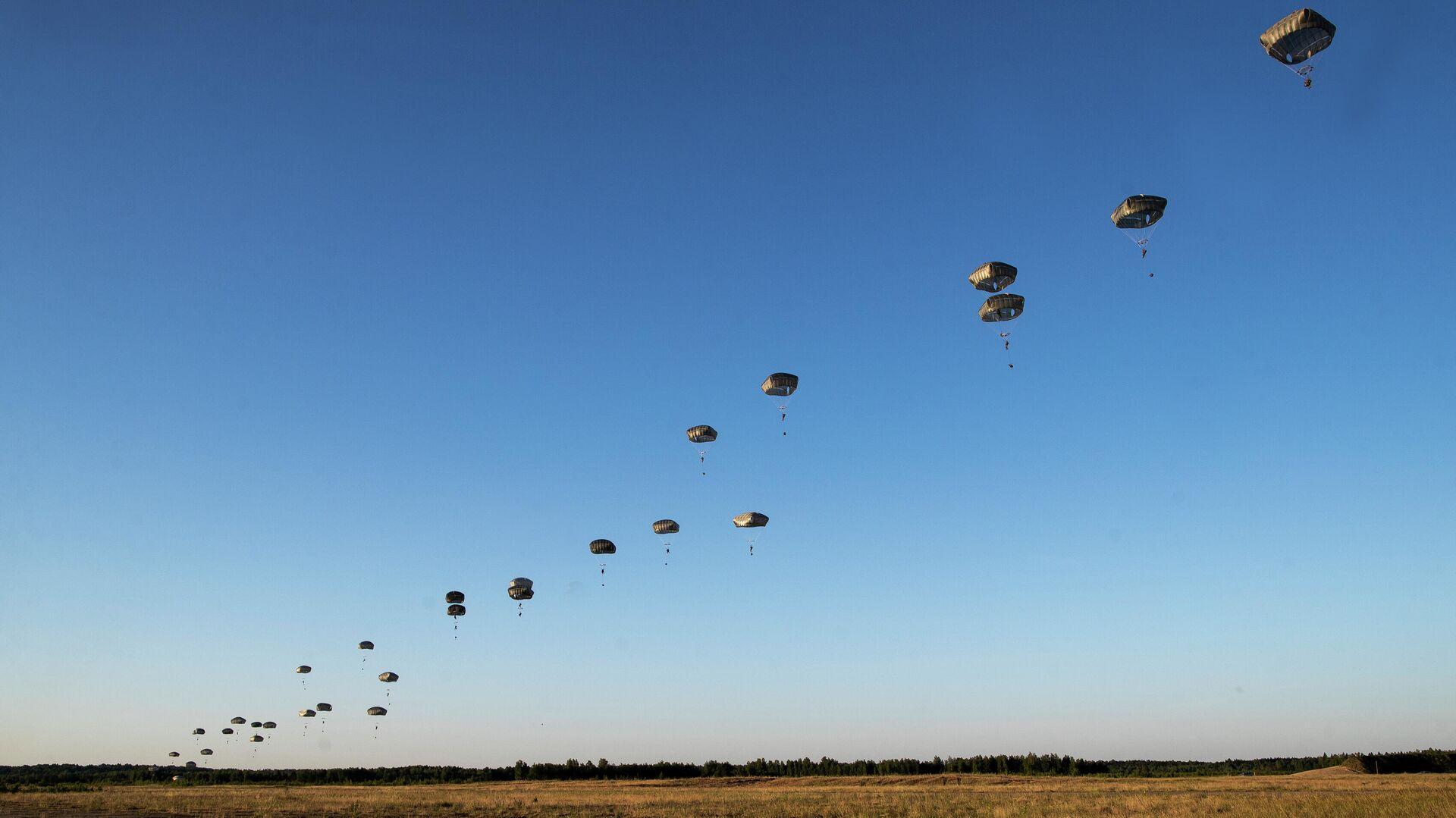 Unos paracaidistas de la 82 División Aerotransportada del Ejército de EEUU participan de maniobras militares en los países bálticos el junio de 2018 (archivo) - Sputnik Mundo, 1920, 09.05.2021