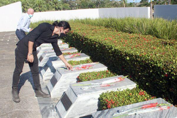 Cubanos rinden tributo a soldados soviéticos caídos en Cuba - Sputnik Mundo