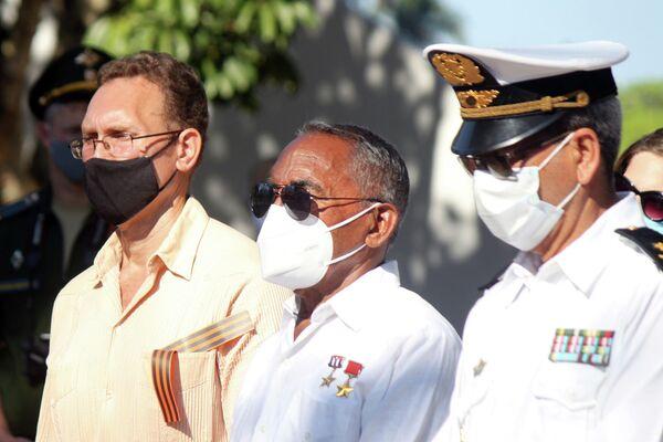 Ruslán Reyes, presidente de la comunidad rusa residente en Cuba (izq), junto al primer cosmonauta cubano Arnaldo Tamayo en homenaje por el Día de la Victoria - Sputnik Mundo