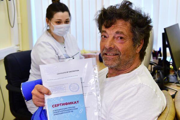 El político alemán muestra su certificado de vacunación a los periodistas - Sputnik Mundo
