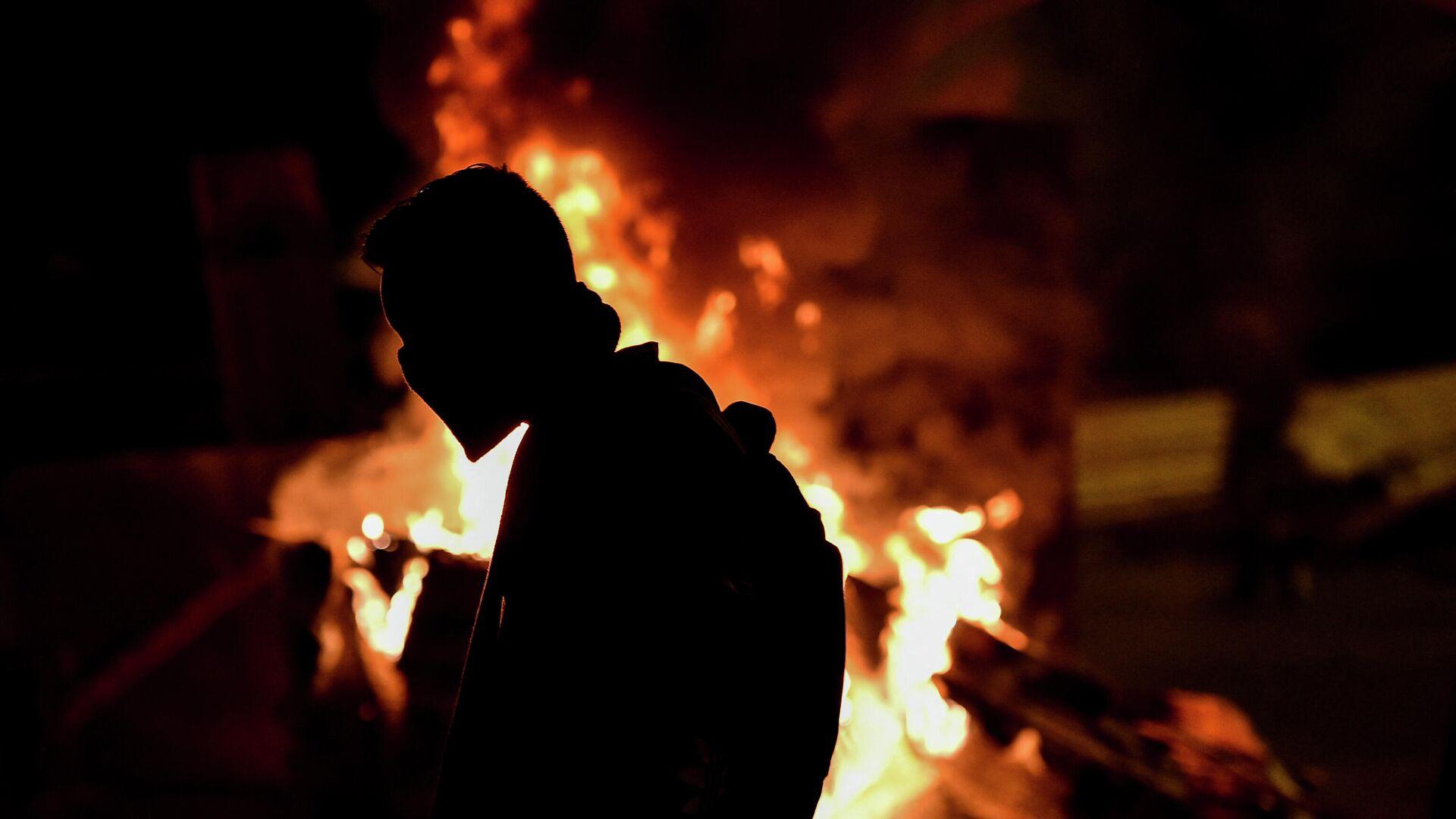 Un manifestante durante una protesta en contra el gobierno colombiano. Cali, 10 de mayo de 2021. - Sputnik Mundo, 1920, 11.05.2021