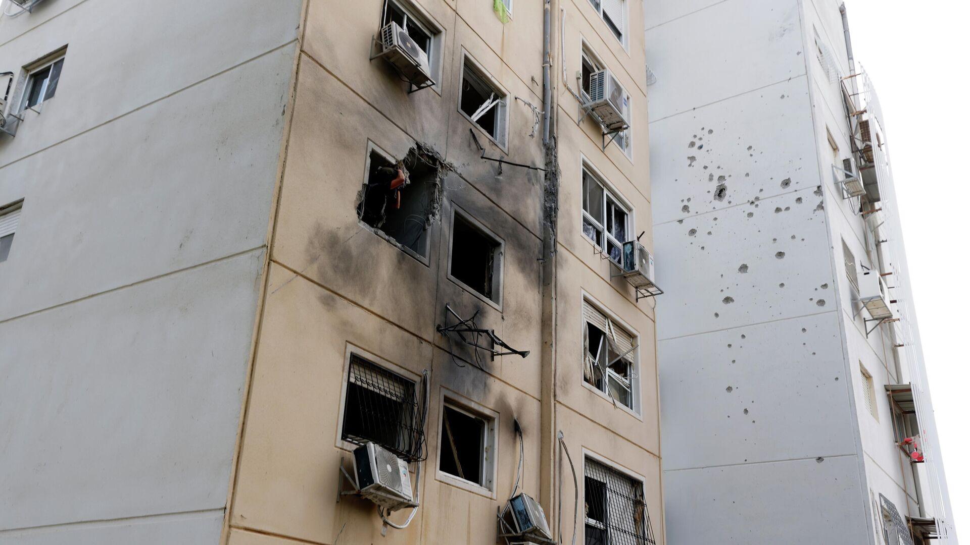Un edificio en Ashkelon tras el impacto de un misil lanzado desde la Franja de Gaza - Sputnik Mundo, 1920, 11.05.2021