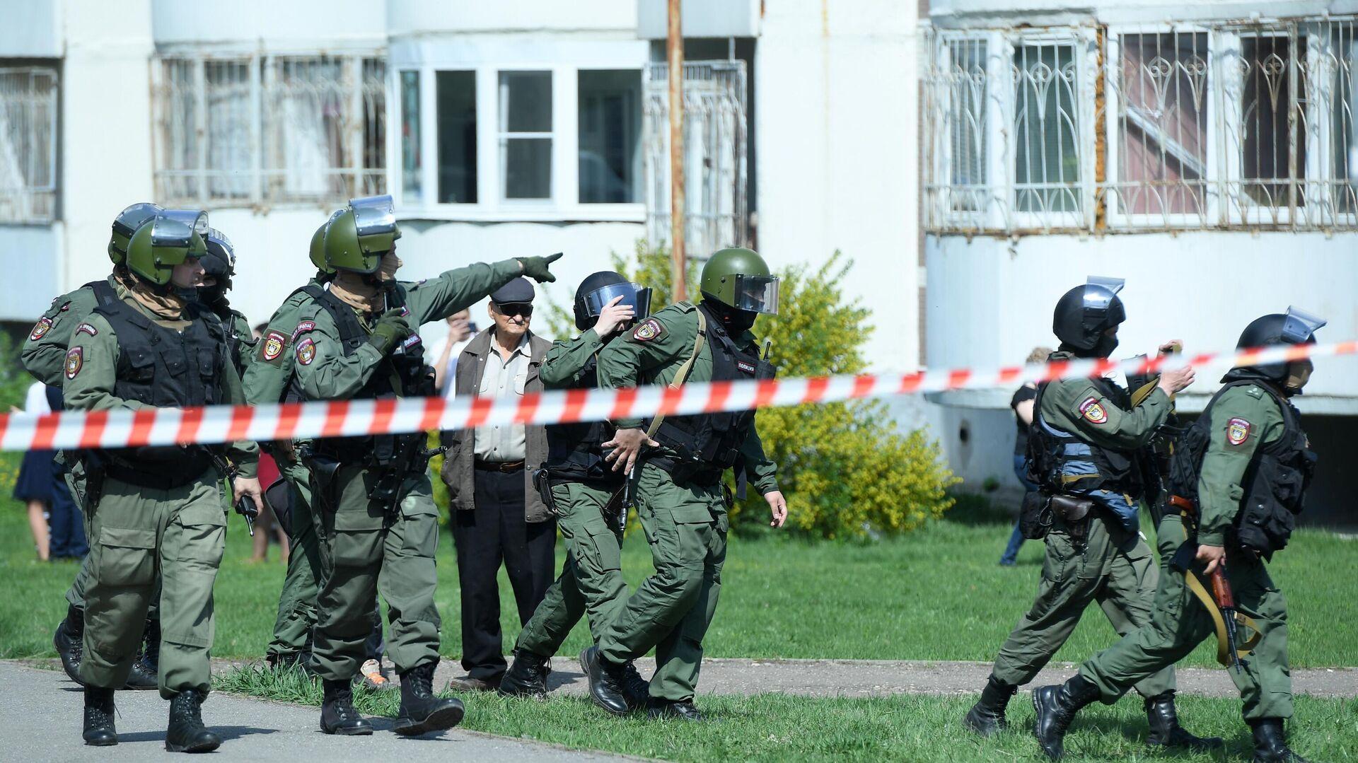 Agentes de seguridad cerca de la escuela en Kazán donde se produjo un tiroteo - Sputnik Mundo, 1920, 11.05.2021