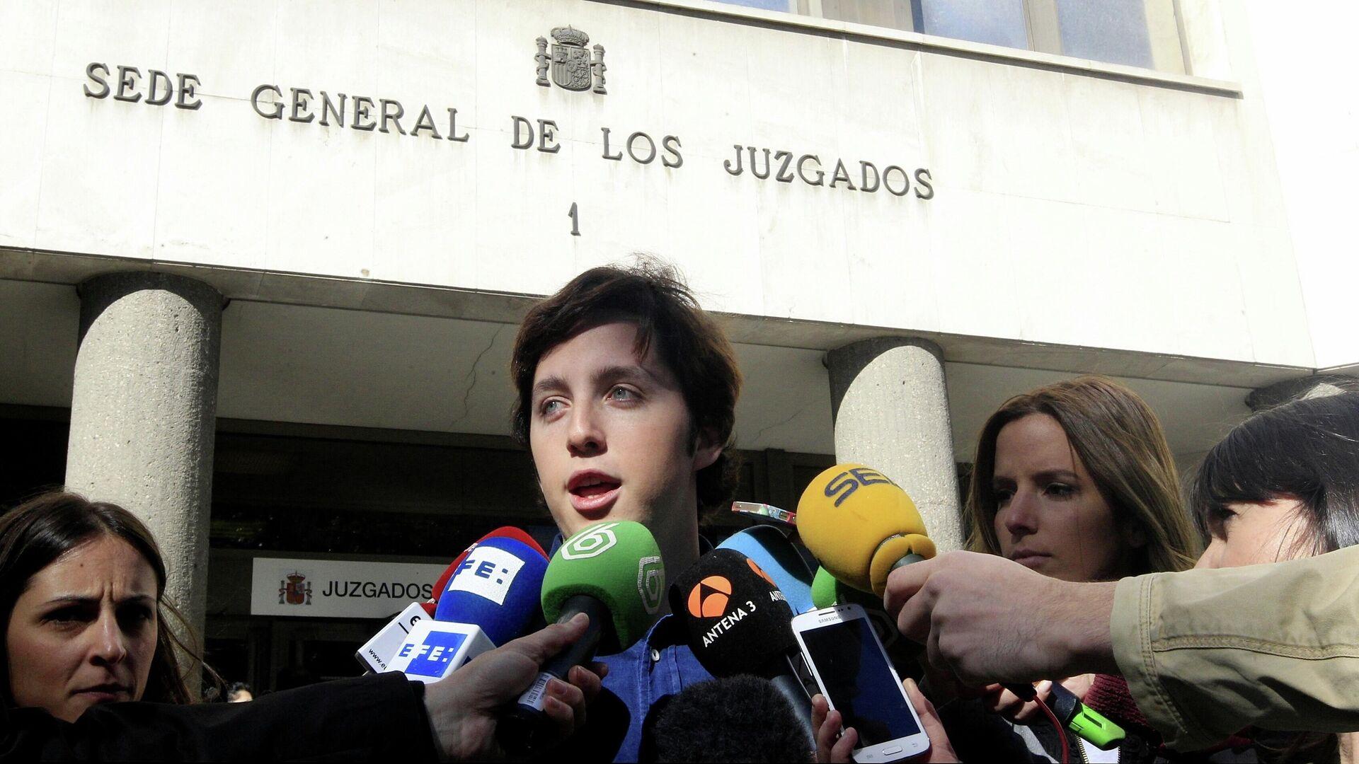 El 'Pequeño Nicolás' a la salida de los juzgados de Plaza de Castilla tras declarar en el juicio de calumnias contra el CNI - Sputnik Mundo, 1920, 20.07.2021