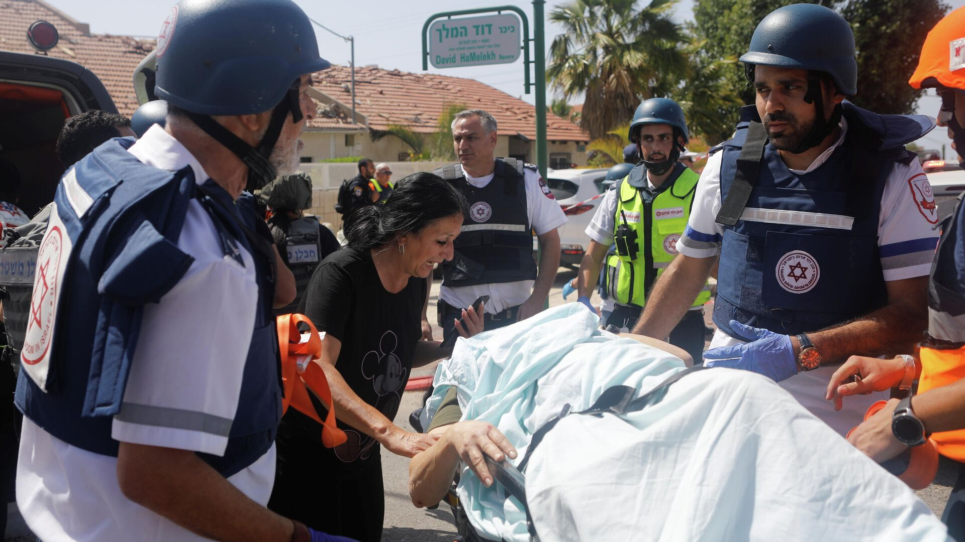 Los médicos evacuan a una persona herida después de que un cohete lanzado desde la Franja de Gaza golpeara una casa en Ashkelon, Israel - Sputnik Mundo, 1920, 27.05.2021