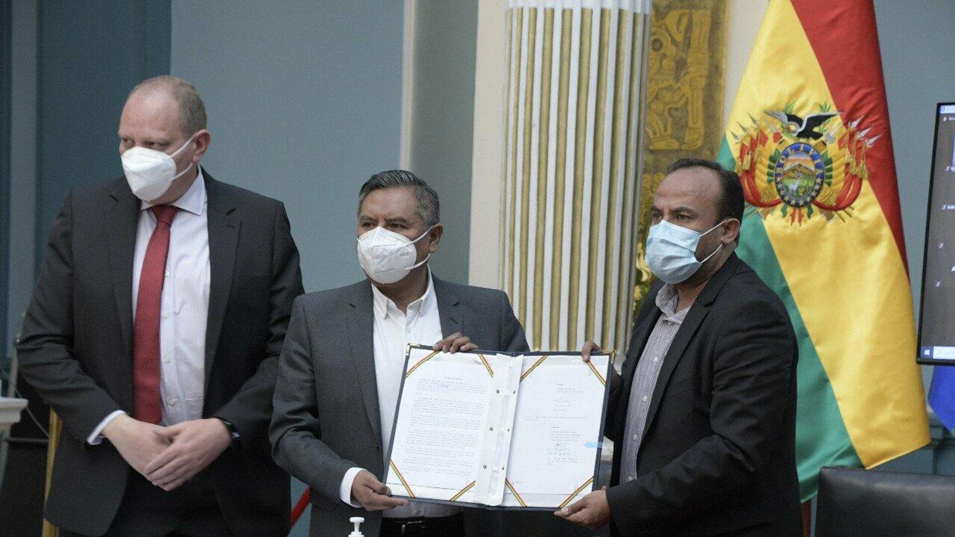 El canciller, Rogelio Mayta, y el viceministro de Comercio Exterior Benjamin Blanco firman documento con Biolyse Pharma  para adquirir 15 millones de vacunas Johnson & Johnson - Sputnik Mundo, 1920, 11.05.2021