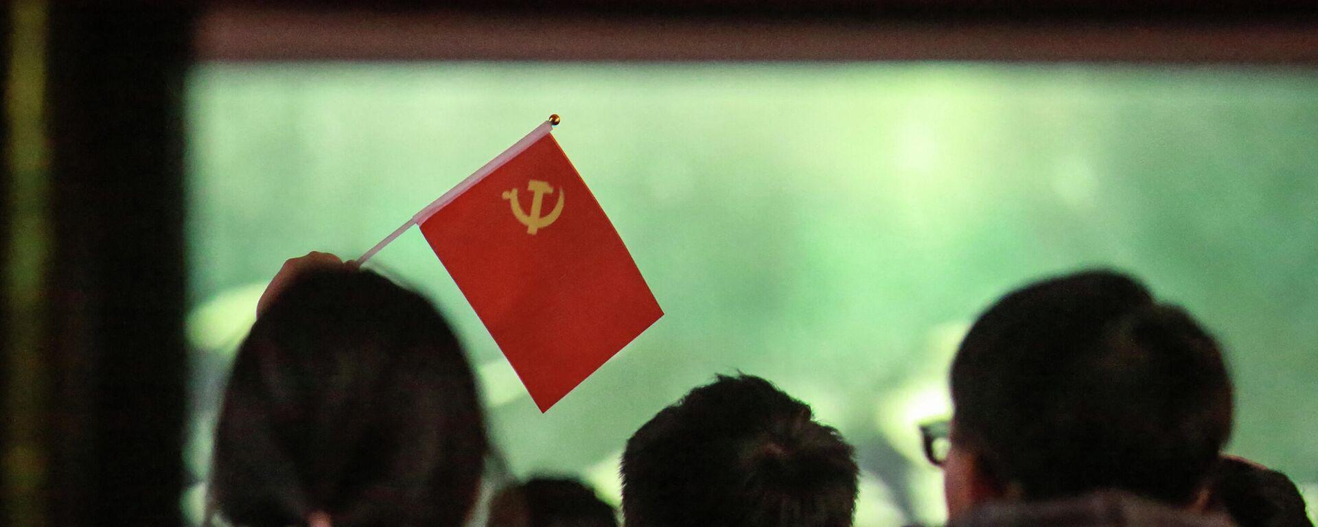 Unos estudiantes con una bandera del Partido Comunista en China - Sputnik Mundo, 1920, 11.05.2021