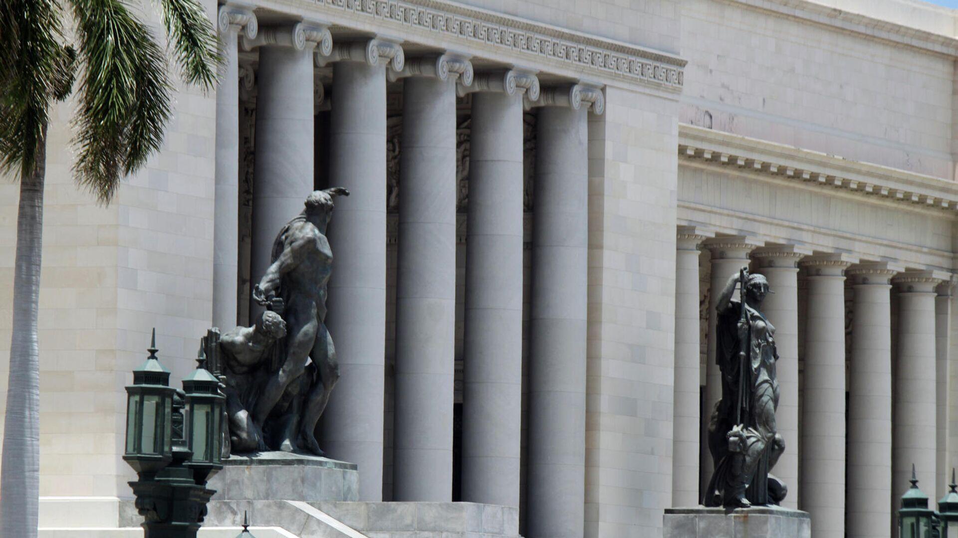 Estatuas en la entrada del Capitolio de La Habana - Sputnik Mundo, 1920, 11.05.2021