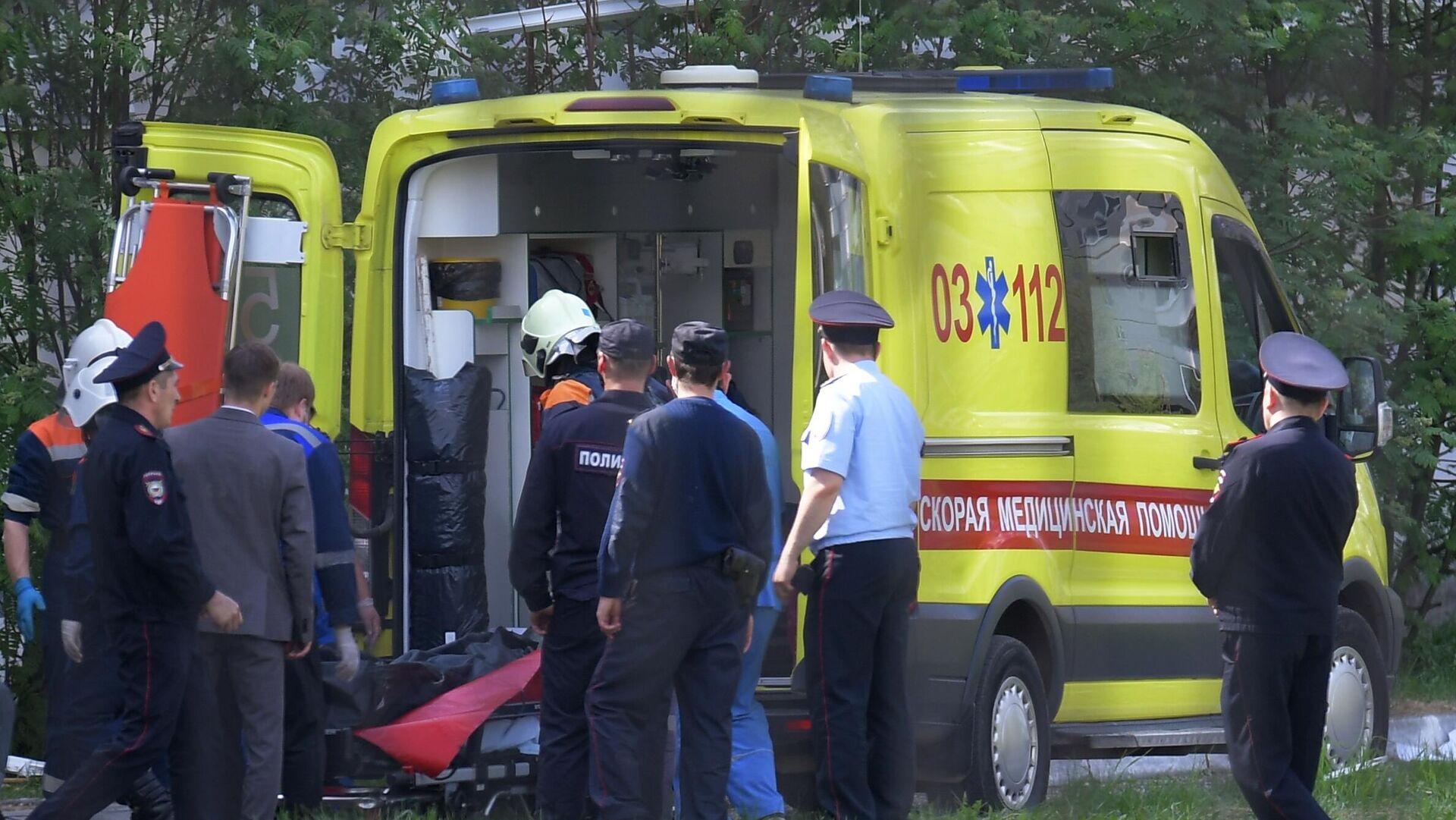 Una ambulancia cerca de la escuela en la ciudad rusa de Kazán donde tuvo lugar el tiroteo - Sputnik Mundo, 1920, 12.05.2021