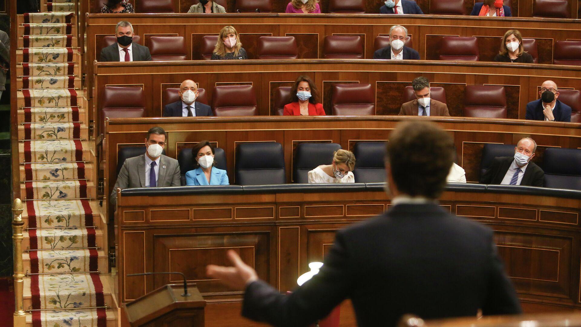 Pedro Sánchez observa a Pablo Casado durante la Sesión de Control al Gobierno en el Congreso de los Diputados - Sputnik Mundo, 1920, 23.06.2021