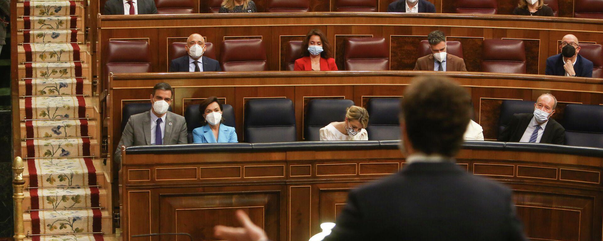 Pedro Sánchez observa a Pablo Casado durante la Sesión de Control al Gobierno en el Congreso de los Diputados - Sputnik Mundo, 1920, 09.06.2021
