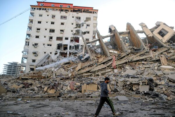 La aviación israelí atacó el edificio residencial Burj Hanadi, de 13 pisos, en Gaza. En el edificio no solo había viviendas, sino también una oficina utilizada por la dirección política del movimiento gobernante Hamás en Gaza.  - Sputnik Mundo