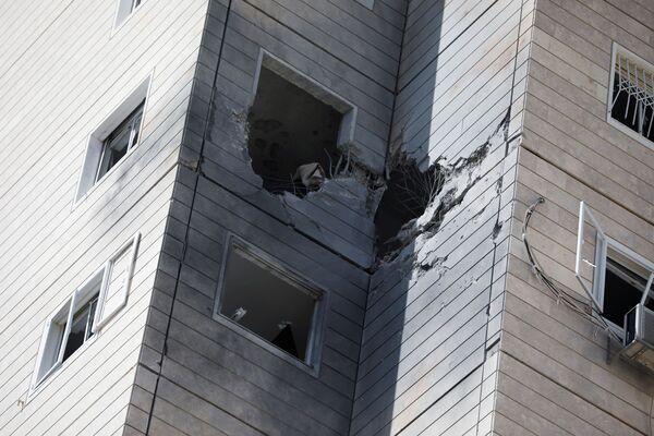 Una casa donde impactó un cohete lanzado desde la Franja de Gaza, en la ciudad de Ashkelon, en el sur de Israel.  - Sputnik Mundo