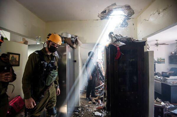 El principal aeropuerto de Israel, Ben Gurion, se cerró durante algún tiempo, los cohetes alcanzaron un oleoducto entre las ciudades de Eilat y Ashkelon. En la foto: El interior de un edificio dañado por un cohete palestino en Holon.  - Sputnik Mundo