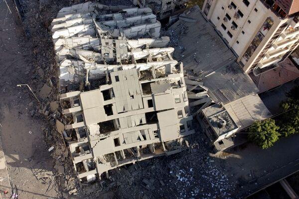 El número de muertos en la Franja de Gaza ha aumentado a 35, Israel informó sobre cinco decesos. El ejército israelí dice haber eliminado a figuras clave de la inteligencia de Hamás. En la foto: las ruinas del edificio residencial destruido en la Franja de Gaza por los ataques aéreos israelíes.  - Sputnik Mundo