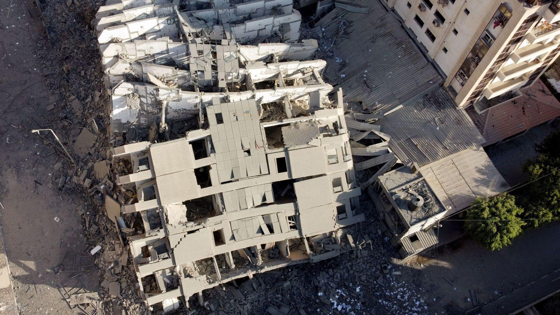 На снимке, сделанном с помощью беспилотника, видны руины здания, разрушенного в результате израильских воздушных ударов, на фоне вспышки израильско-палестинского конфликта в городе Газа - Sputnik Mundo, 1920, 13.05.2021