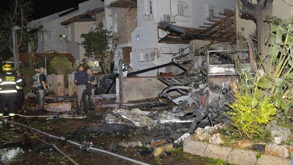 Члены израильской аварийной службы осматривают повреждения в израильском городе Ришон-ле-Цион - Sputnik Mundo