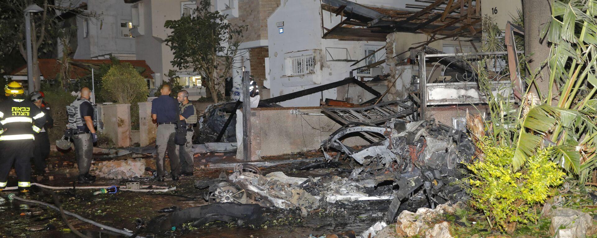 Члены израильской аварийной службы осматривают повреждения в израильском городе Ришон-ле-Цион - Sputnik Mundo, 1920, 16.05.2021