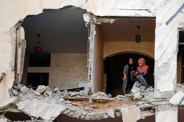 En los últimos días se han producido violentos enfrentamientos entre los palestinos y los policías israelíes en el Monte del Templo. Uno de los motivos fue la decisión de un tribunal israelí de desalojar a varias familias palestinas del barrio de Sheij Jarrah, en Jerusalén Este, para construir allí nuevas viviendas. Además, se decidió no permitir a los musulmanes el acceso al Monte del Templo, sagrado para ellos, durante el Día de Jerusalén el pasado 10 de mayo. En la foto: Los residentes de la Franja de Gaza inspeccionan su casa destruida por los ataques aéreos israelíes. - Sputnik Mundo