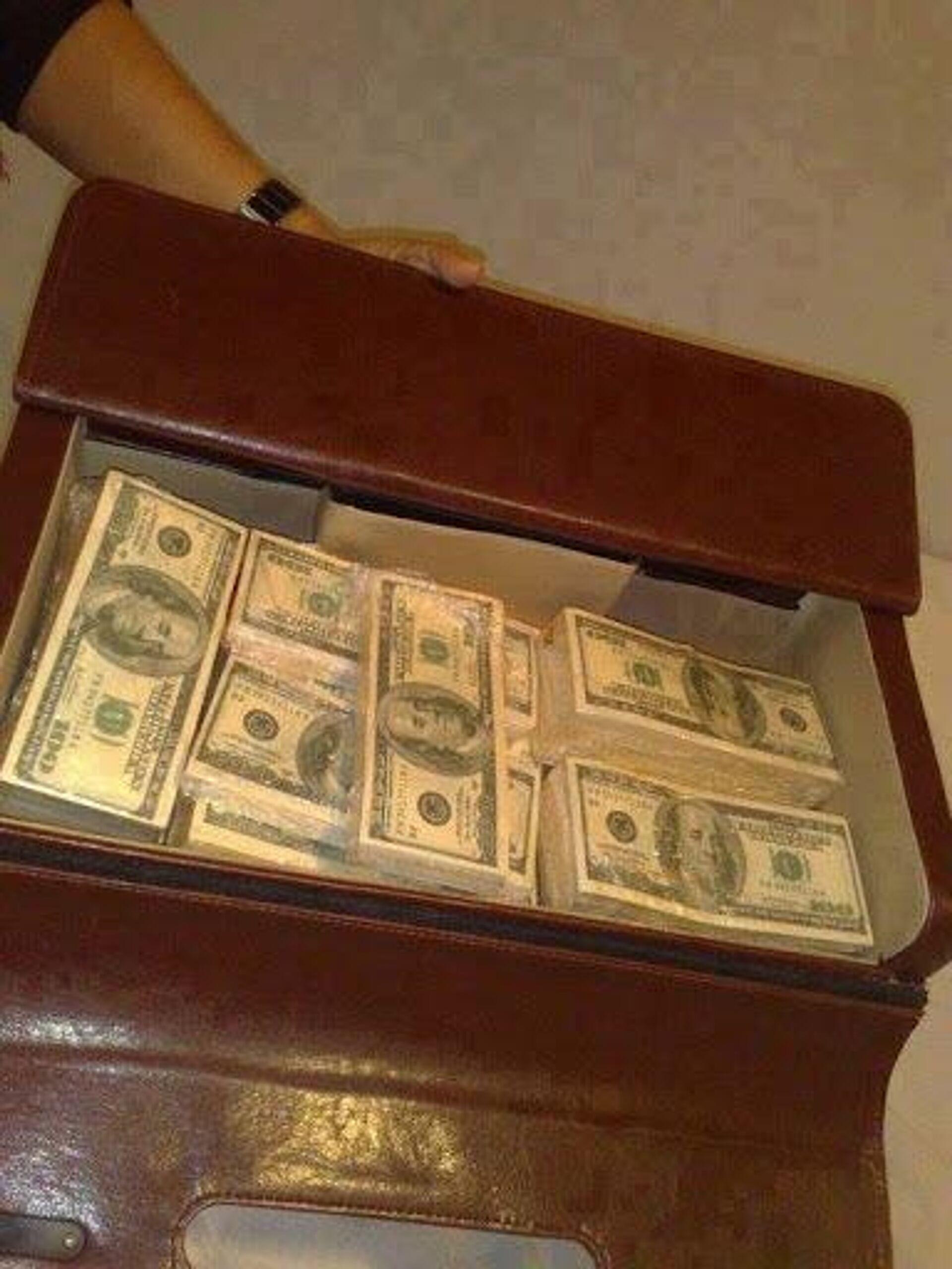 Dinero proveniente de una estafa online a través del conocido como ciberdelito del amor, que ha crecido mucho durante la pandemia - Sputnik Mundo, 1920, 12.05.2021