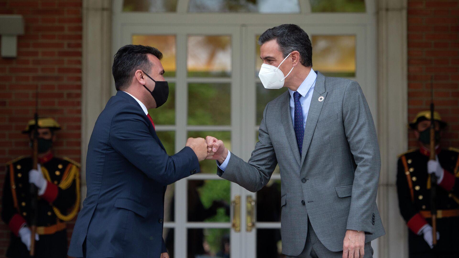 El presidente del Gobierno, Pedro Sánchez (d) recibe al primer ministro de la República de Macedonia del Norte, Zoran Zaev - Sputnik Mundo, 1920, 12.05.2021